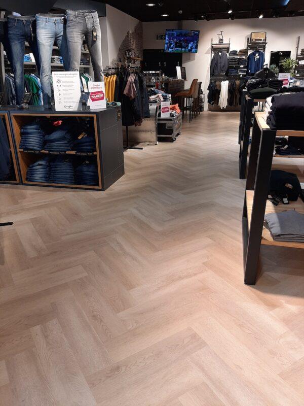 PVC visgraat laten leggen in kledingwinkel Haarlem